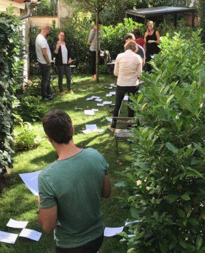 Teilnehmer der NLP-Practitioner-Ausbildung im Institutsgarten